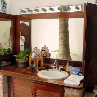 09_Casa Lorenzo_guest bath_2081
